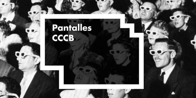 Una imagen en blanco y negro que muestra espectadores de un cinema llevando gafas