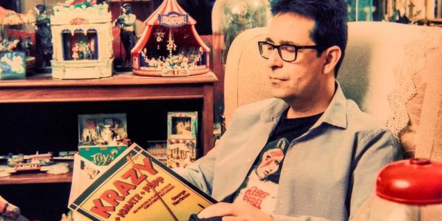 El músico Antonio Galvañ es el alma de este proyecto musical y aparece en la fotografía sentado en una butaca y leyendo una revista