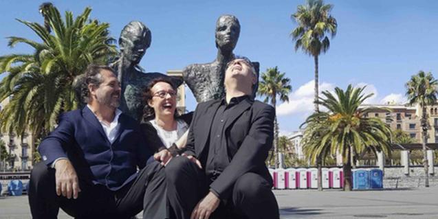 Els dos cantants i el pianista que protagonitzen l'espectacle retratats amb una estàtua al darrere