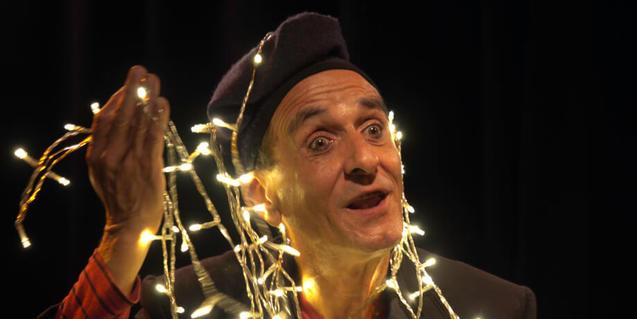 Actor dels pastorets con luces de Navidad