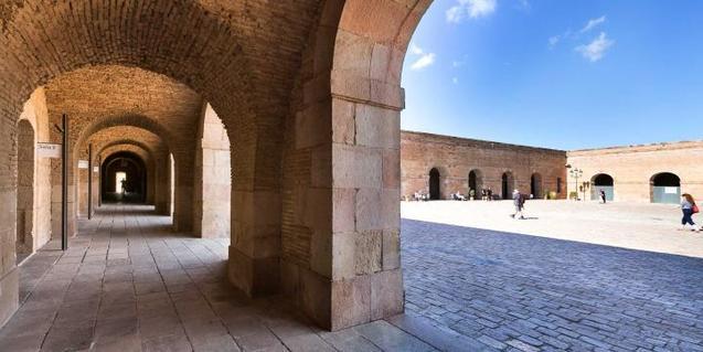 El patio de armas del Castillo de Montjuïc, espacio que acoge la instalación de Clara Gassiot. © Jordi Puig