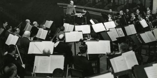 Pau Casals dirigint l'Orquestra Pau Casals
