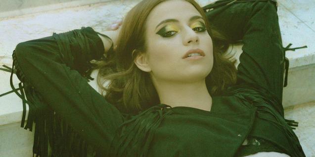 La joven cantante tumbada y con los brazos tras la cabeza