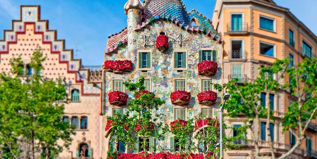 La façana de la Casa Batlló vestida de roses