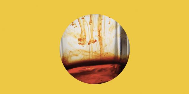 Una imagen de una de las creaciones del artista Pedro Torres que muestra unas gotas de tinte esparciéndose dentro del agua