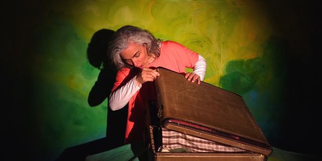 La titiritera abriendo una maleta