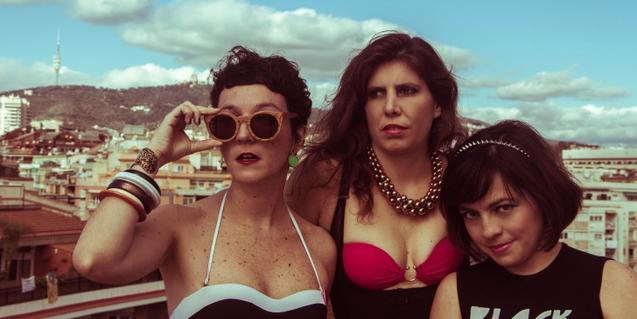 Las tres integrantes de la banda retratadas en una azotea barcelonesa