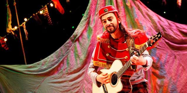 Un dels actors a l'escenari amb una guitarra