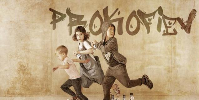 Cartel del concierto con tres niños corriendo con un grafiti detrás que pone: Prokófiev