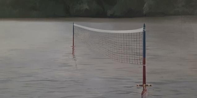 Una de les obres de l'exposició és una fotografia que mostra una xarxa de tennis muntada enmig d'un riu