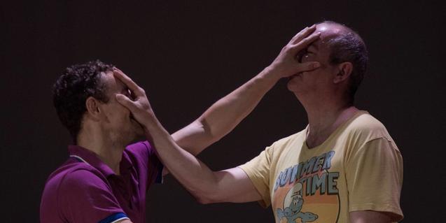 Los dos protagonistas del montaje, tapándose la cara mutuamente