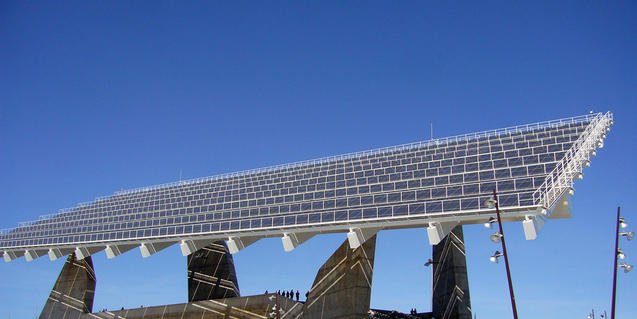 Imatge de la pèrgola fotovoltaica del Fòrum