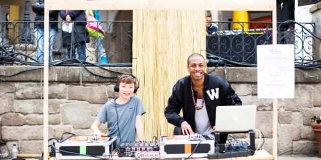 Niño poninedo música con un DJ