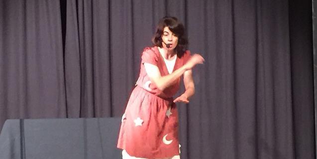 Una de las artistas en el escenario narrando un cuento