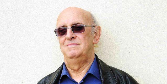 Retrato de primer plano del escritor griego de novela negra