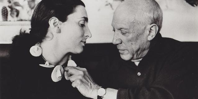 Picasso observant un collaret de ceràmica fet per ell i que llueix Jacqueline Roque. Arxiu David Douglas Duncan