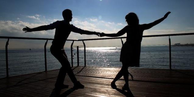 Dos bailarines de swing cerca del mar