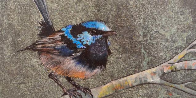 Una de las obras  de la artista Cris Sierra Villegas muestra un pájaro dibujado con el máximo realismo