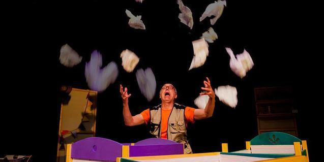 Fotografia del esectáculo, el actor tira por los aires pañuelos de papel