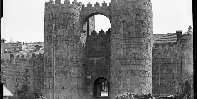Main entrance to the Poble Espanyol site. Gate of San Vicente of the wall of Avila. 1928. AFB. Carlos Pérez de Rozas (attributed)