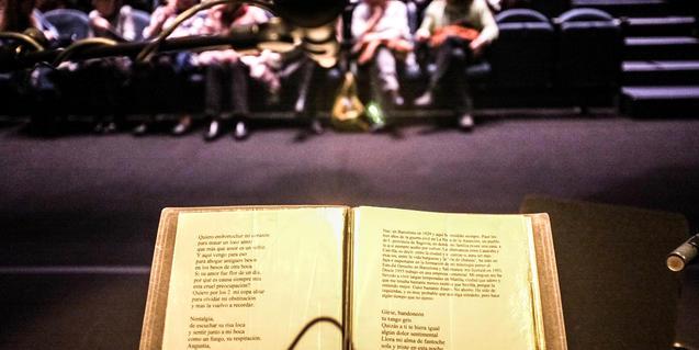 libro abierto de poesía