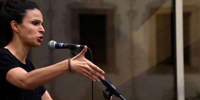 Una de les participants en plena actuació durant una de les últimes sessions d'aquesta trobada de poesia urbana