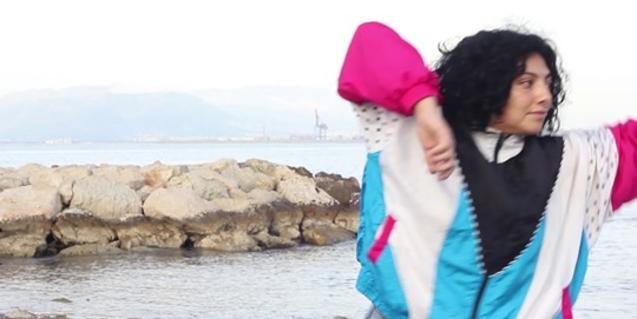 Una de les participants en l'experiència assaja una coreografia a tocar del mar