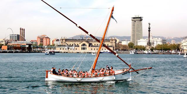 A route by boat through the Puerto de Barcelona