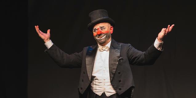Oriol Boixader en el escenario con nariz de payaso