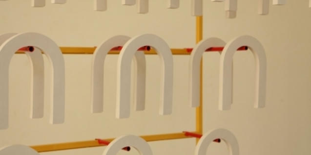 Una de las obras de la exposición consiste en un estampado creado a partir de formas de herradura