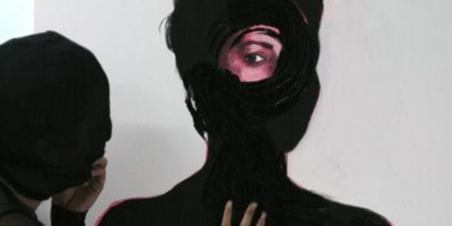 Una dona emmascarada contempla el retrat d'una dona amb el rostre cobert