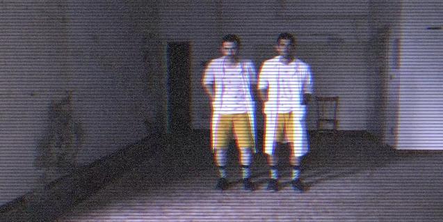 Una fotografia d'una pantalla de televisió creuada per línies horitzontals on es veu els dos intèrprets amb pantalons curts