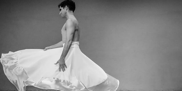 El protagonista de la función vestido con una falda blanca ancha y larga en un momento de la representación