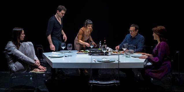 Retrato de los cinco actores y actrices protagonistas alrededor de una mesa