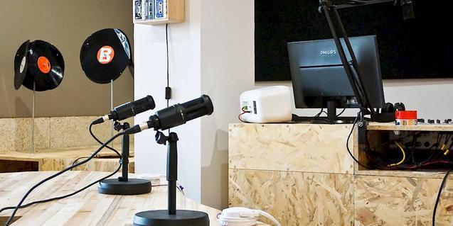 Una imagen de los estudios de la emisora con dos micros en primer plano