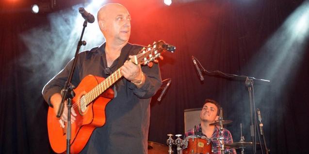 Rafalito Salazar, ànima del grup, tocant la guitarra