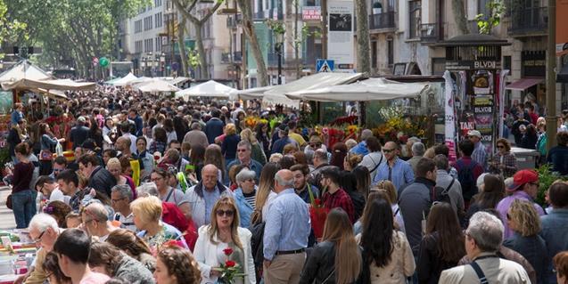 Típica imagen de La Rambla de Barcelona llena de gente el día de Sant Jordi
