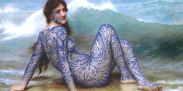 Retrato de una figura clàssica de mujer, cubierta de tatuajes