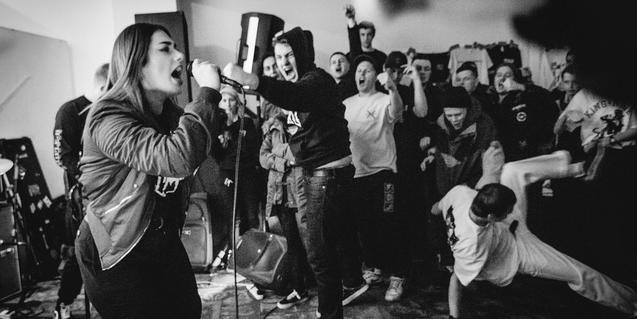 La vocalista de la banda de Leeds retratada en blanco y negro en plena actuación