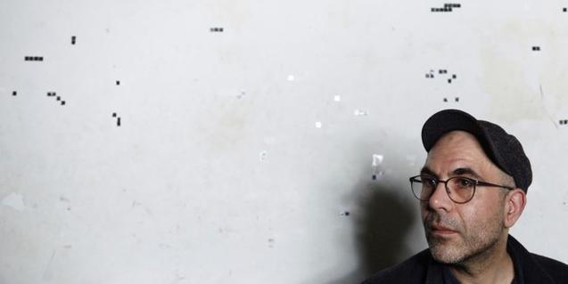 Retrat del músic amb una gorra i davant d'una paret blanca