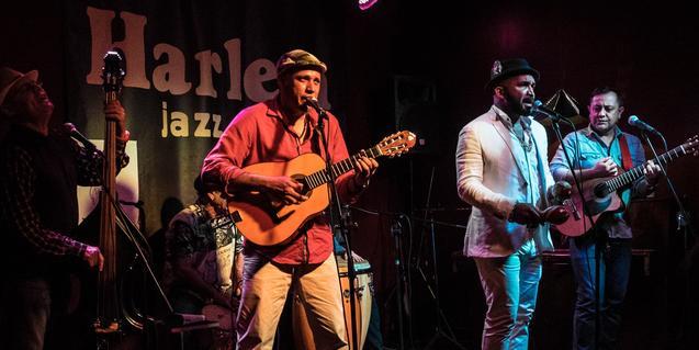La banda retratada durante una actuación en el Harlem Jazz Club