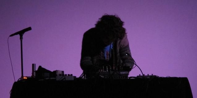 El músic Ander Agudo, a contrallum, manipulant els seus teclats
