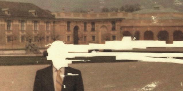 Una de les imatges que formen part de l'exposició mostra el retrat d'un home amb la cara i part de la imatge cobertes per una taca blanca