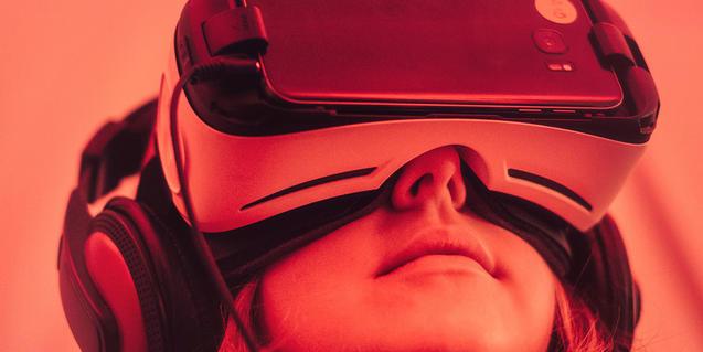 Una noia experimenta amb unes ulleres de realitat virtual acoblades a un mòbil