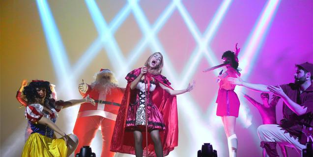 Fotografía del espectáculo con los actores cantando en el escenario