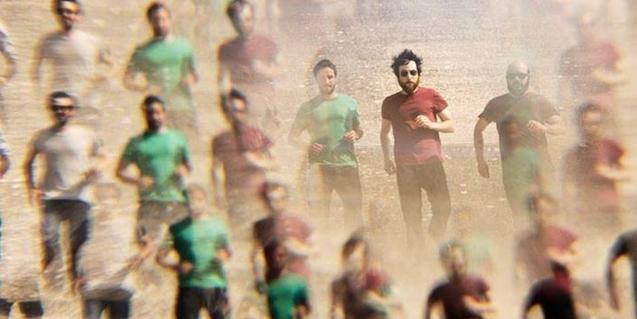 Retrat del músic Raül Fernández Refree en un muntatge on se'l veu corrents entre molta gent