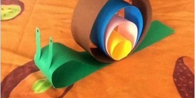Un cargol fet amb papers de colors.