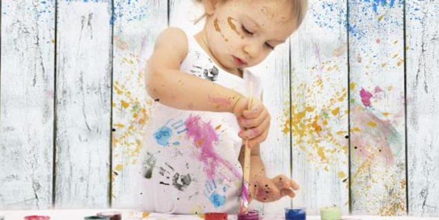 Fotografía de una niña pintando