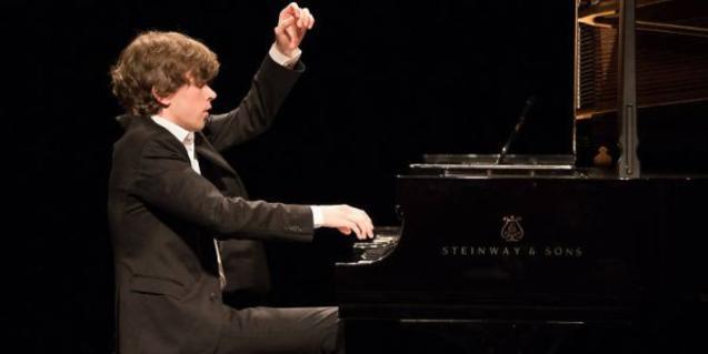 Albert Cano tocant el piano, en plena actuació.