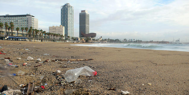 Residus a la platja del Somorrostro